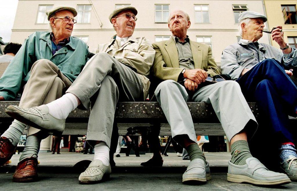 Bergen: En annerledes storbyguide. Fire eldre menn på en benk. F.v.: Oskar Edvardsen, Odd Mjelva, Johs. Berentsen og Arthur Liland.